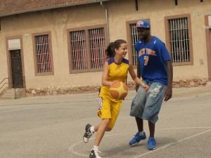 Jacques Alingue, alias Black Mamba, en situation de défense face à une stagiaire tentant bien que mal de monter au panier !